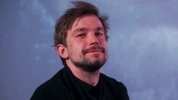 «Привет Андрею Миронову!»: Александр Петров упал накрасной дорожке ММКФ— видео