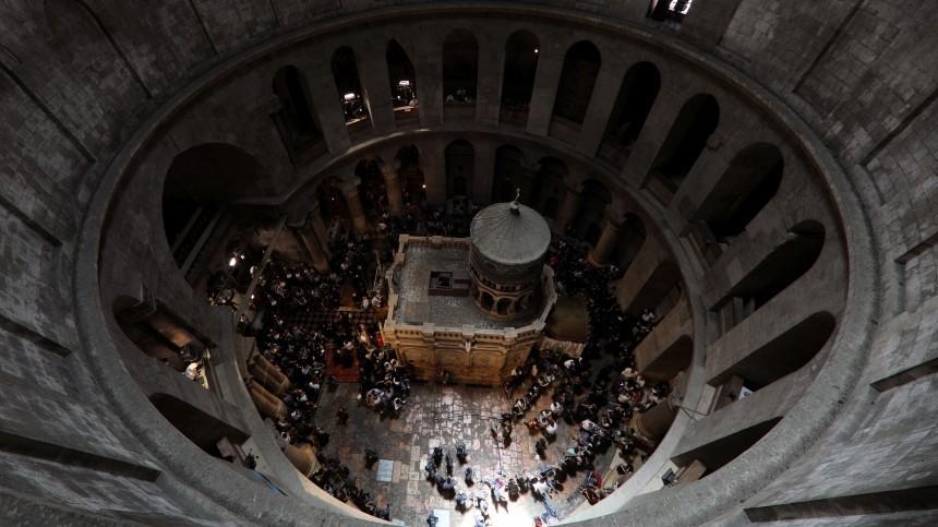 Благодатный огонь сошел вХраме Гроба Господня вИерусалиме— видео