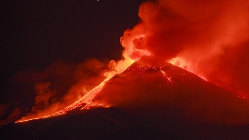 Пролетая над жерлом вулкана: дрон растаял впотоках лавы при съемках извержения