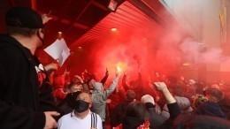 Фанаты «Манчестер Юнайтед» прорвались наполе «Олд Траффорд» ради акции протеста