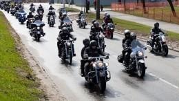 Участники мотомарша «Дороги Победы 2021» посетили Пискаревское кладбище