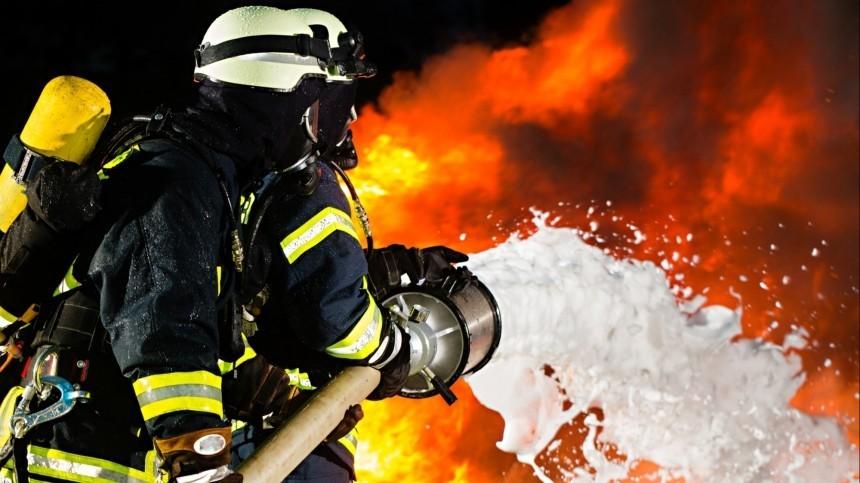 Людей эвакуируют изгорящей гостиницы вМоскве