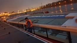 Момент столкновения прогулочного катера сопорой Аничкова моста вПетербурге попал навидео