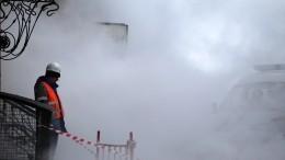 Гейзер высотой сдом забил нанабережной Мойки вПетербурге— видео