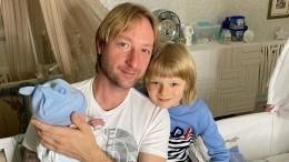 «Новый транспорт»: Плющенко похвастался коляской для сына за340 тысяч рублей