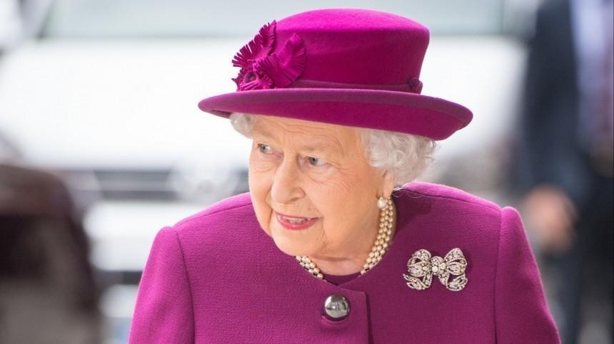Вежливость или примирение? Елизавета II поздравила сына Меган иГарри сднем рождения