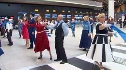 Флешмоб «Синий платочек Победы» прошел встоличном аэропорту «Шереметьево»