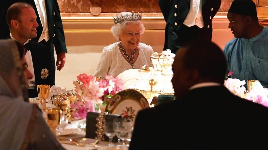 Королевские причуды: как себя ведет Елизавета II вовремя трапезы