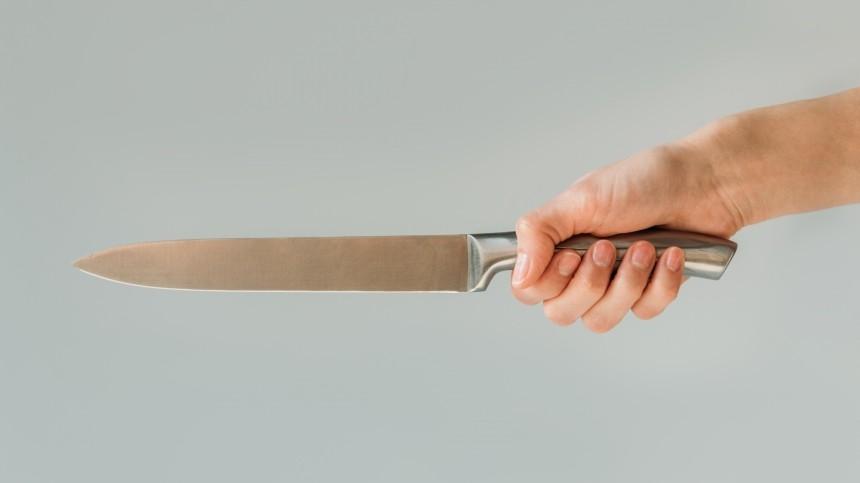 Истек кровью: женщина 16 раз ударила бывшего сожителя ножом впах посреди улицы