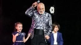 Бедрос Киркоров исполнил «Темную ночь» своим внукам вДень Победы— видео