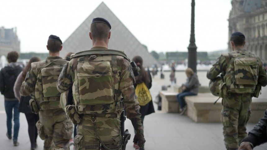 «Очевидное падение»: Французские военные написали новое письмо Макрону спредупреждением