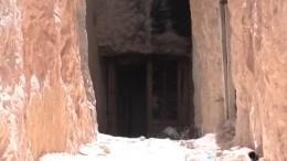 Made in USA: впещере ИГ* обнаружили горы западного оружия— видео
