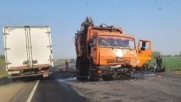 Три человека погибли после столкновения иномарки сКАМАЗом под Оренбургом— фото