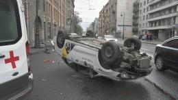 ВПетербурге такси наскорости влетело встолб иперевернулось— видео