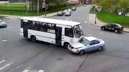 Видео момента, как пассажирский микроавтобус влетел вавто наюге Петербурга