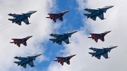 Видео: «Русские витязи» и«Стрижи» устроили авиашоу вчесть своего 30-летия