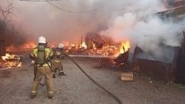 Видео: Пожар охватил садовые дома вЕкатеринбурге наплощади 2000 квадратных метров