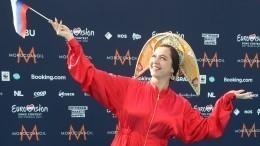 Краса-девица вкокошнике: певица Manizha вышла накрасную дорожку «Евровидения»— видео