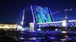Дворцовый мост Петербурга окрасился взолото вчесть «Зенита»