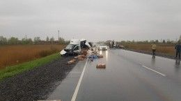 Пятеро погибли при столкновении легковушки ифургона под Красноярском— кадры сместа