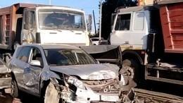 МАЗ без тормозов протаранил целый ряд машин поЕкатеринбургом— видео