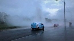 Видео: фонтан скипятком забил посреди дороги вПетербурге