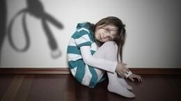 Мать ногами избила свою дочь напороге жилого дома— видео