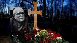 Остался только крест: могилу Армена Джигарханяна сравняли сземлей— фото
