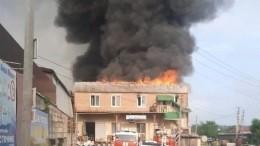 Мощный пожар охватил двухэтажный склад вРостове-на-Дону— видео