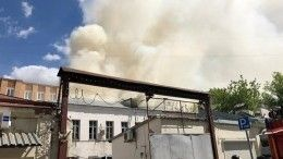 Едкий дым имощное пламя: двухэтажное здание загорелось вцентре Москвы— видео