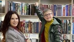 «Чтобы мог заработать нахлеб»: Эвелина Бледанс обучает сына навыкам массажиста
