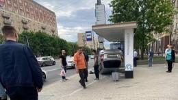 Жесткое видео: авто влетело востановку наКутузовском проспекте иперевернулось