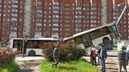 Момент столкновения автобуса состолбом наюго-западе Петербурга попал навидео