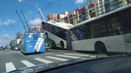 Перевозчик прокомментировал ДТП со«вставшим надыбы» автобусом вПетербурге