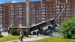 Список пострадавших из«вставшего надыбы» автобуса вПетербурге
