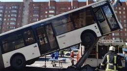 «Ничего невидела, меня вытащили»: Кондуктор «вставшего надыбы» автобуса вПетербурге освоем состоянии