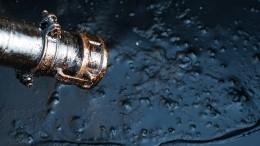 ВУсинске наместе разлива изкрана хлещет «нефть»— видео
