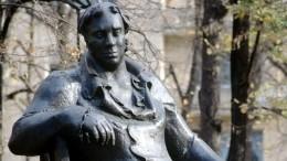 Отколовшаяся часть памятника Крылову покалечила мужчину наПатриарших прудах