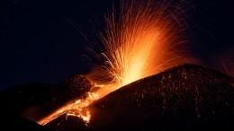 Полыхающее озеро лавы: НаСицилии вновь активизировался стратовулкан Этна