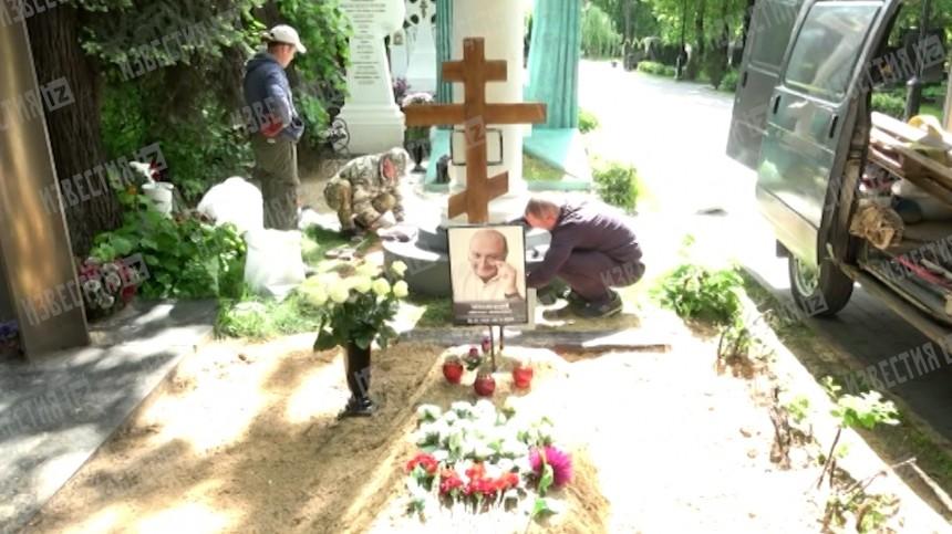 Видео: заброшенную могилу Жванецкого начали облагораживать после скандала