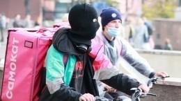 Видео: петербургский курьер доставил еду, спрыгнув смоста натеплоход