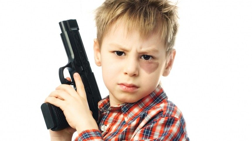 Трехлетний ребенок случайно выстрелил себе вголову изпистолета