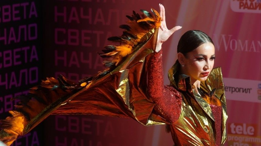 Жар-птица Бузовой и«бинарный» Милохин: самые яркие костюмы надорожке Муз-ТВ