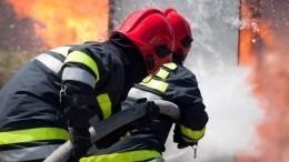 Как ваду: мощный пожар заставил мать сдетьми вжаться вугол балкона— видео