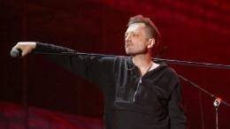 Наногах нестоял: Глеба Самойлова заподозрили впьянстве перед концертом— видео