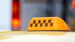 ВПетербурге пьяный таксист «покатал» охранника парковки накапоте— видео