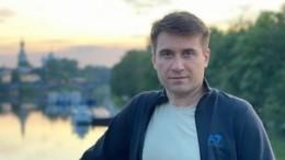 Видео: Гроб Анчукова вынесли изхрама вПетербурге под громкие аплодисменты