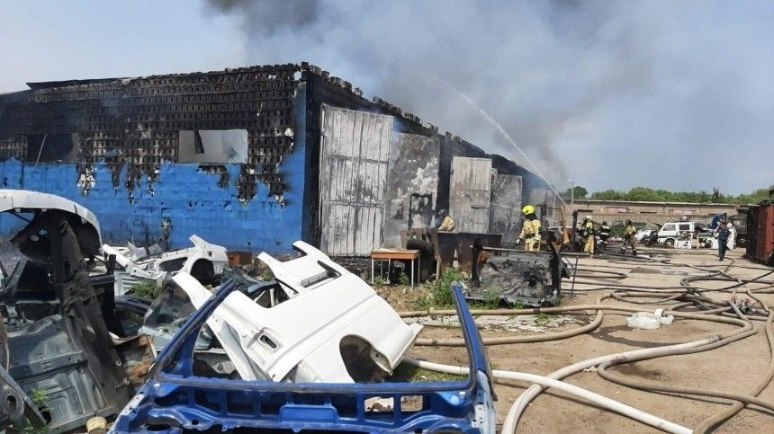 Один человек пострадал при пожаре вхабаровском автосервисе— видео