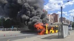 Видео: Пассажирский автобус загорелся вПриморском районе Петербурга