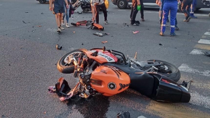Два байкера неподелили перекресток вПетербурге— жесткое видео